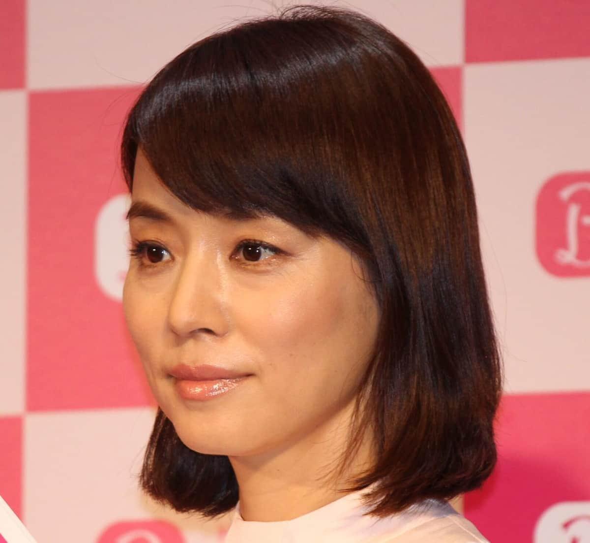石田ゆり子「こんな姿勢でずっとNetflixをみていた」 「だらけた」プライベート写真公開