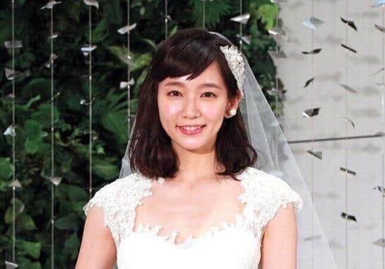 吉岡里帆「背中パックリドレス」に大反響 「美しすぎる」「それ、反則です」