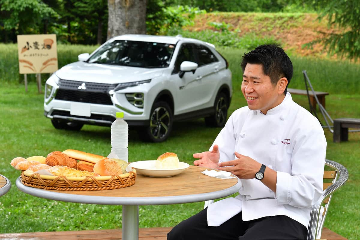 満寿屋商店の杉山さん。フードロス削減のため、閉店後に売れ残ったパンを集めて夜間販売をしているという