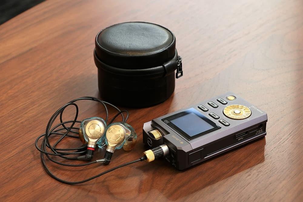 Just ear XJE-MH2と専用キャリングケース、そして重厚感ある謎の音楽プレーヤーが。