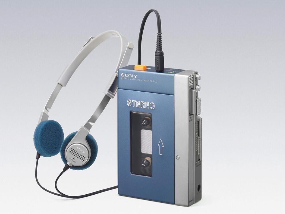 1979年7月1日に発売された、ステレオカセットプレーヤー「ウォークマン」の第一号機であるTPS-L2。ヘッドホン、MDR-3L2が付属した。写真提供:ソニー