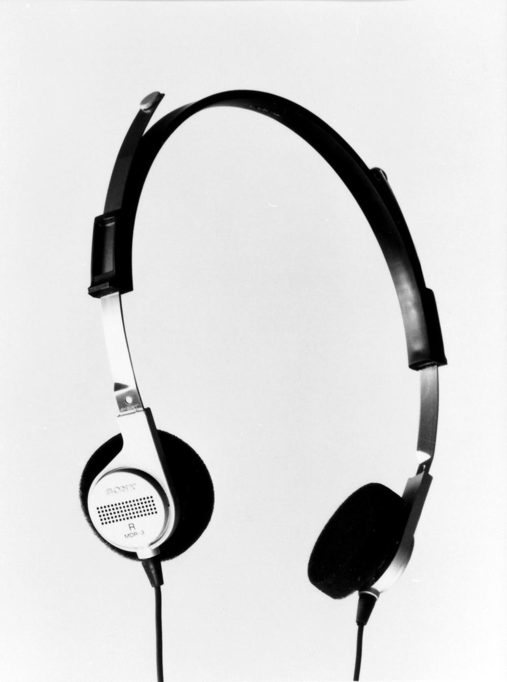 「ウォークマン」付属のヘッドホンは、自然なかけ心地で装着していることを忘れそうな「H・AIR」(ヘアー)シリーズとして、単体でも発売された。写真は自宅のオーディオで使いやすい標準プラグで、MDR-3L2よりも1メートルコードが長い、3メートルのコード仕様として発売されたMDR-3。写真提供:ソニー
