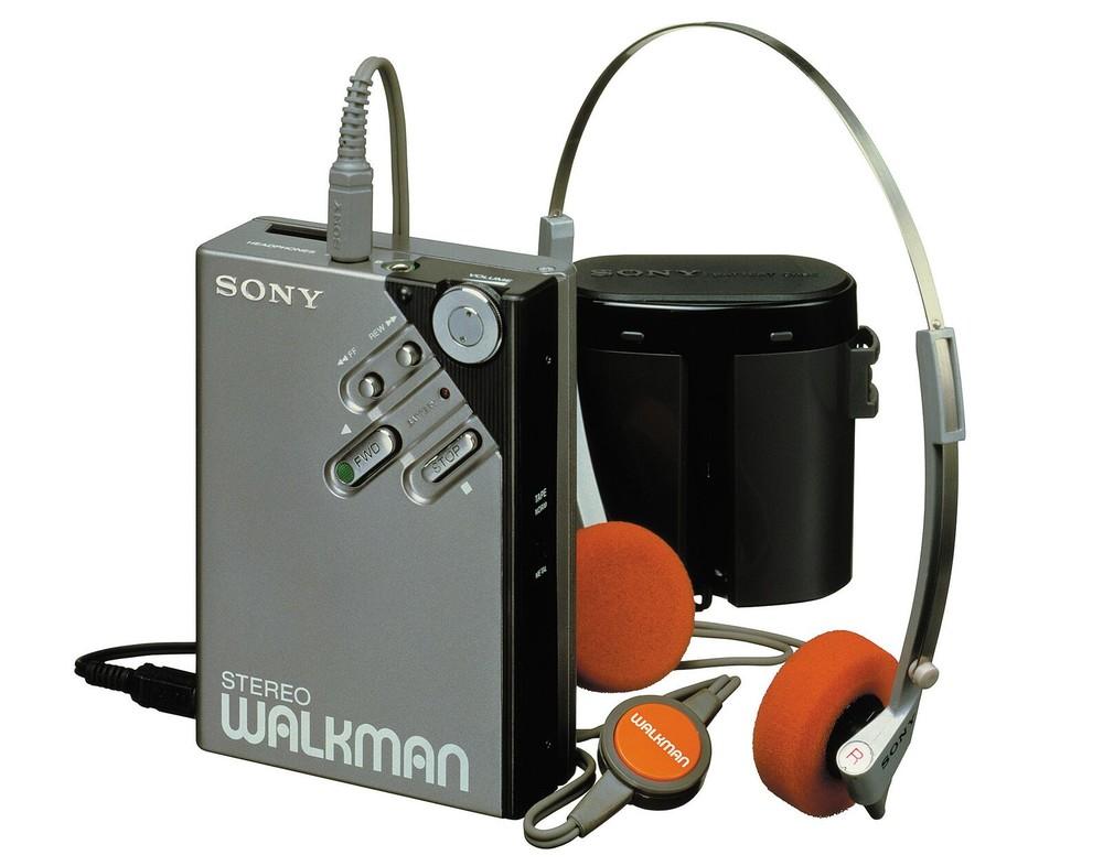 1981年2月1日発売の「ウォークマン」2号機、WM-2。デザイン性と小型化のための設計技術が融合し、音質面も、駆動回路の改良やメタルテープ対応にするなどして、大きく向上した。ヘッドホンMDR-4L1Sや、バッテリケースが付属する。250万台を超える大ヒット商品となった。写真提供:ソニー