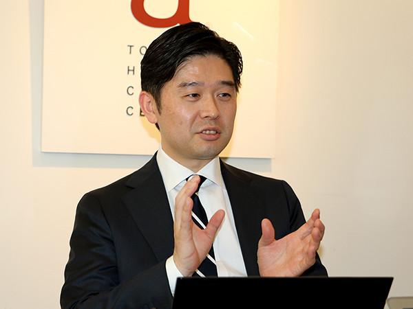 菅野氏は年間最高1,000人以上の耳型採取を行ってきたイヤーフィッティングのスペシャリストだ。