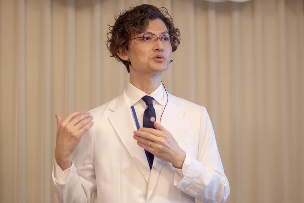 変更点を解説するJust earプロジェクトリーダーの松尾伴大氏。