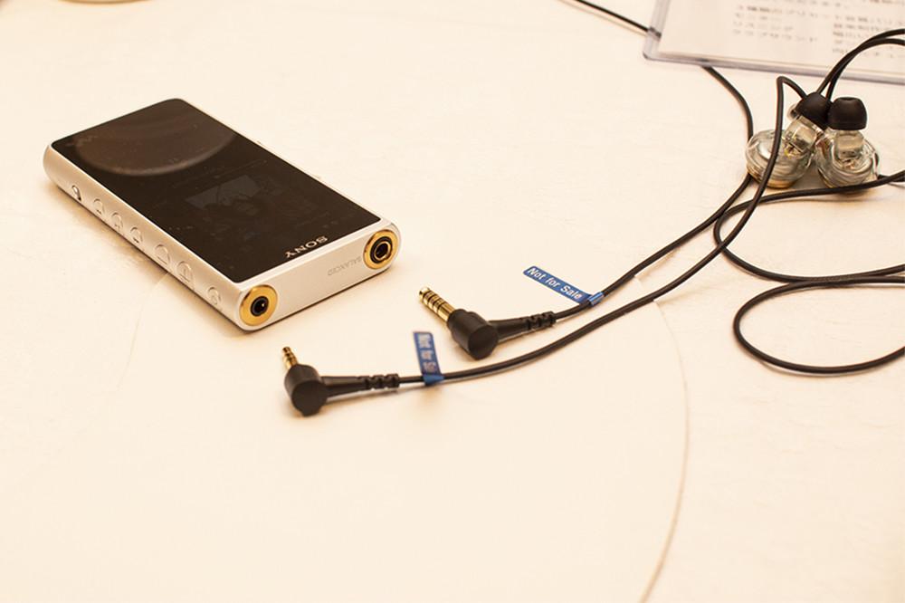 写真は11月2日に発売となった、「ウォークマンNW-ZX500」。アンドロイドOSを搭載し、ストリーミングサービスが使えるようになった。φ3.5ステレオミニプラグと、φ4.4バランス標準プラグの両方が使用できる。Just earの新機種のひとつ、「XJE-MH/ZX5R」はφ4.4バランス標準プラグと、幅広いジャンルの音楽に合わせてチューニングされたという。