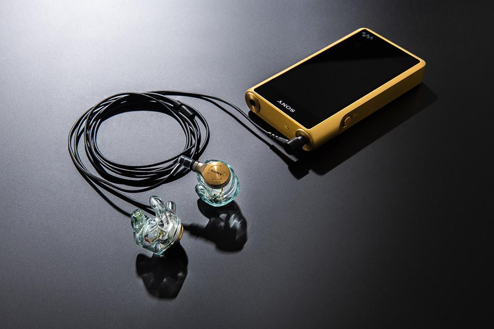 写真はソニーのデジタルオーディオプレーヤ「NW-WM1Z」とJust ear。NW-NX500も同様に、本体上部に通常の3.5ミリ3極のステレオミニジャックと、4.4ミリ5極のバランス標準ジャックとの両方が用意されている。