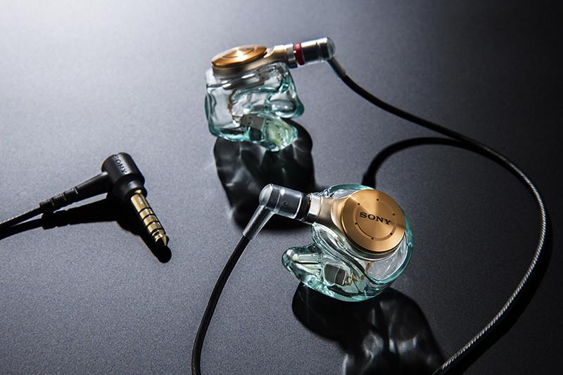 Just ear ソニーストア オリジナル音質調整モデル (音質更新サービス対応モデル)「XJE-MH/ZX5R」。4.4ミリ5極のバランス標準プラグ付きケーブルが付属する。しなやかで扱いやすく、ソニーこだわりのケーブルだ。