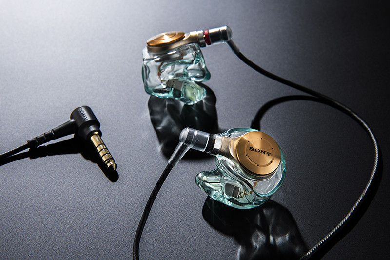 3つのソニーストアオリジナルモデルはそれぞれ異なるチューニングが施されている。たとえば、ウォークマン「NW-ZX500」で使われることを想定した「XJE-MH/ZX5R」は、歌声を中心に楽器間のバランスの取れた音質に。