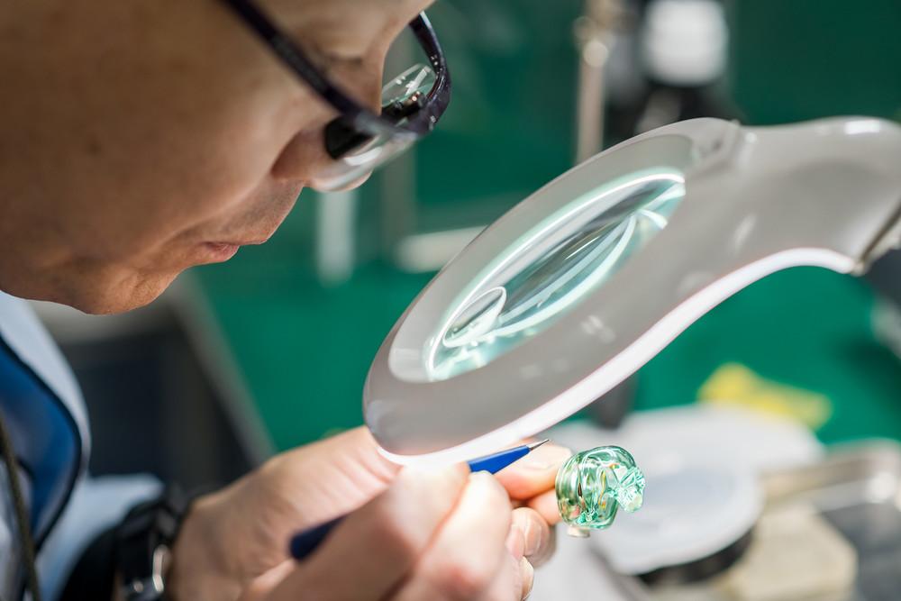 余分なラッカーを顕微鏡で確認しながらそぎ落としていく。この作業によってシェルの透明度が増す