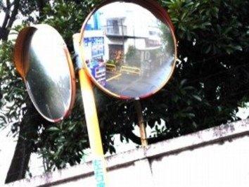 手鏡、姿見、カーブミラー… アニメ制作の現場が「鏡だらけ」のワケ