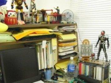 アニメスタジオの机の上にフィギュアが並んでいるのはなぜ?