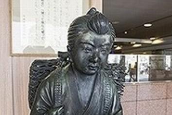 「駅前で二宮金次郎に扮して1時間耐えよ」 ユニーク入社式の歴史と企業戦略