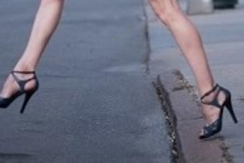「ハイヒール履け」冗談じゃない! 英10万人抗議、日本女性も熱く支持