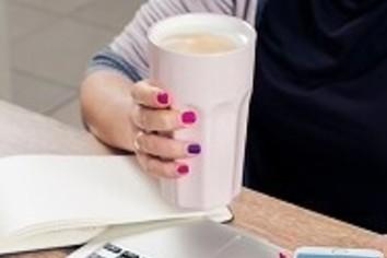 ソフトドリンクも「常温」でどうぞ 職場の冷えにアサヒ飲料あったか対応