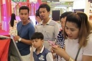 食わず嫌い国民にチャレンジ カンボジアで「わたあめ」売る