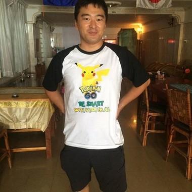 ポケモンGOのTシャツを着た筆者