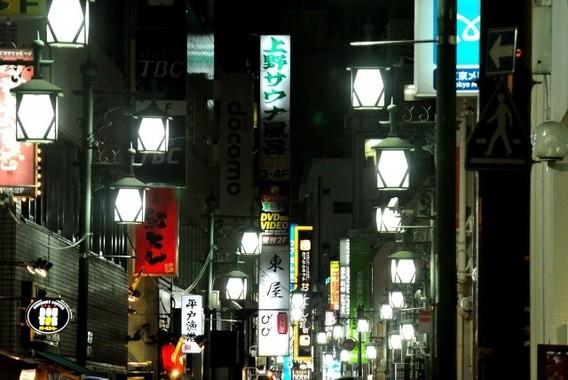 まっすぐ帰るな、と言わんばかりの街の灯よ