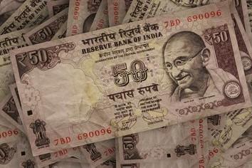 インドで突然お金が紙くずに 他国のことと笑えない歴史も