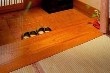 座敷に集う宴会は足元にご注意 取り違い、ブーツそして......