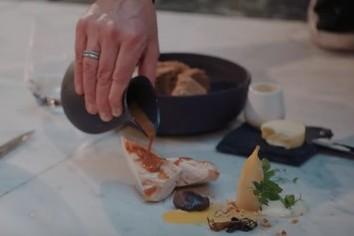 驚愕! 地べたに直接料理盛る メーカー+シェフの大胆コラボ