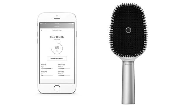 ロレアルの「スマートブラシ」と携帯アプリ画面。ブラシの中央にセンサーらしきものが……