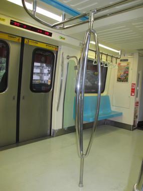 台北の地下鉄の車内。この手すりならつかまりやすいじゃないか