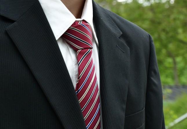 ワイシャツは白、ネクタイはストライプ、こんな感じでいいですか?