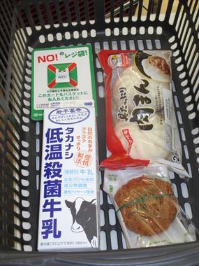 スーパーの「NO  レジ袋」。試みにかごに放り込んでみたら、案外ラクチンでもあった