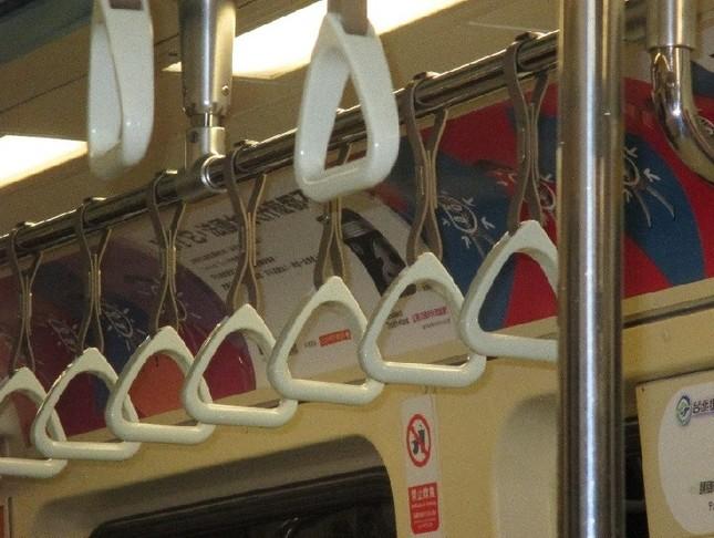 台北の地下鉄は網棚の代わりに、つり革がいっぱい!
