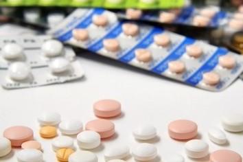 医療費抑制で「逆風」の製薬会社 いまならアステラス株が買いやすい