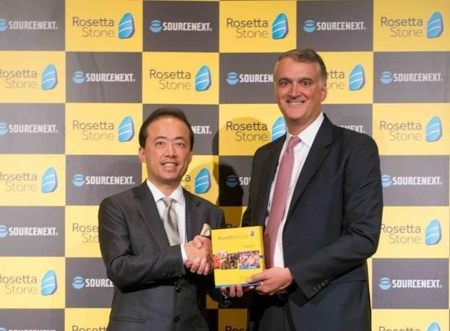 がっちり握手!(左がソースネクストの松田憲幸社長、右が米Rosetta Stoneのジョン・ハス社長兼CEO)