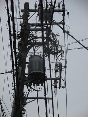 日本の「空」は電柱、電線、変圧器が支配している