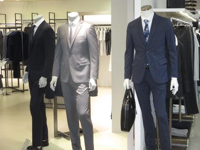 百貨店の夏物紳士服の売り場。「クールビズ」の一方で、スーツにネクタイも目立つ。
