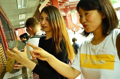 通訳ガイドとともに日本観光