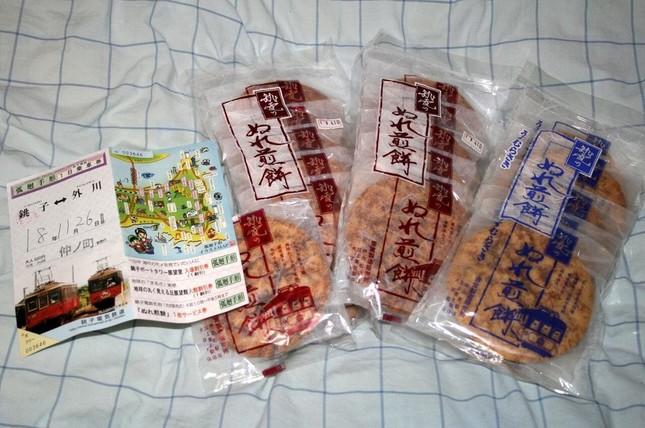 銚子電鉄の「ぬれ煎餅」、売れ行きが……(2006年11月撮影)