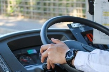 バス運転手は「眠い」? 睡眠時間、4人1人が5時間未満