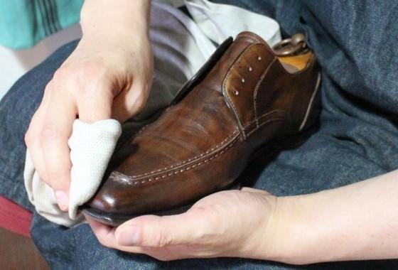 靴磨きでピッカピカ!!