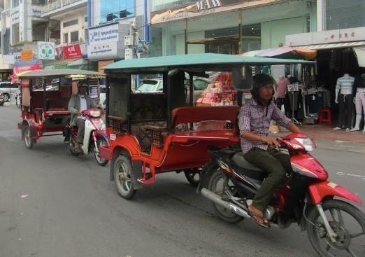 カンボジアの街を行く「トゥクトゥク」Uberの登場で失業するドライバーも……