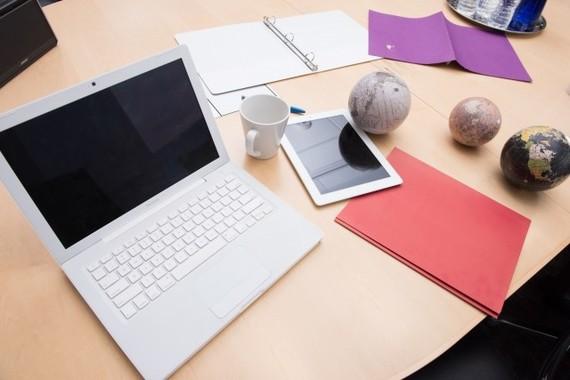 ノートパソコン抱えて、あちらこちらでお仕事中