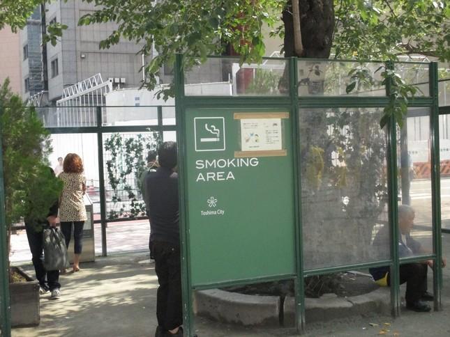 東京・池袋東口にある喫煙所。覆いはあるが、天井はないし、出入り口に戸もない。