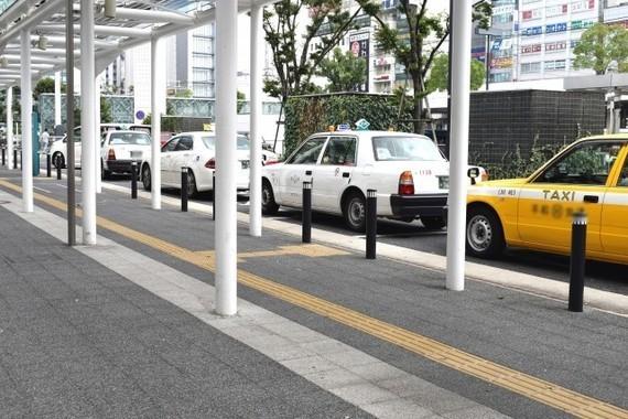 乗り合いタクシーで荷物を配達する(写真は、イメージ)