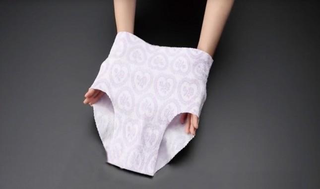 旅行に便利な「紙ショーツ・パンツ」(写真は、小久保工業所提供)