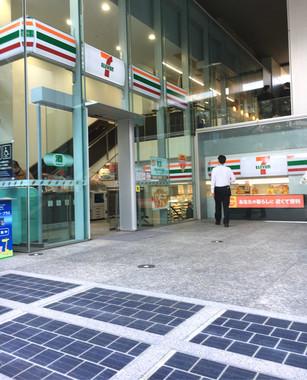 セブン-イレブン千代田二番町店前に設置された路面型の太陽光発電パネル(手前)(写真は、2017年12月7日撮影)