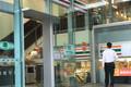 セブン新店舗は「次世代」省エネ型へ 作業時間を「5.5時間」短縮