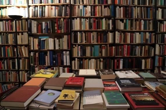 紙の本の販売額、2017年は過去最大の落ち込み
