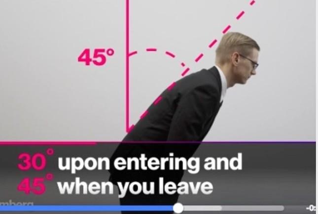 面接を終えた時は45度、始める前は30度に背中を曲げてお辞儀する(Bloombergの動画より)