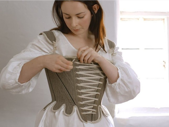 コルセットをつけるだけでも大変そう(Youtubeの「Getting dressed in the 18th century-working woman」より)