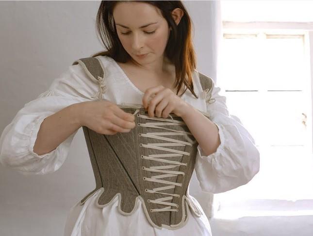 コルセットをつけるだけでも大変そう(Youtubeの「Getting dressed in the 18th century-working woman」より)