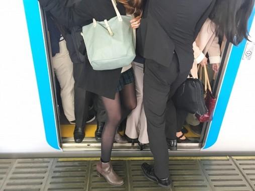通勤時間が長い人ほど、足のニオイが臭い(画像はイメージ)